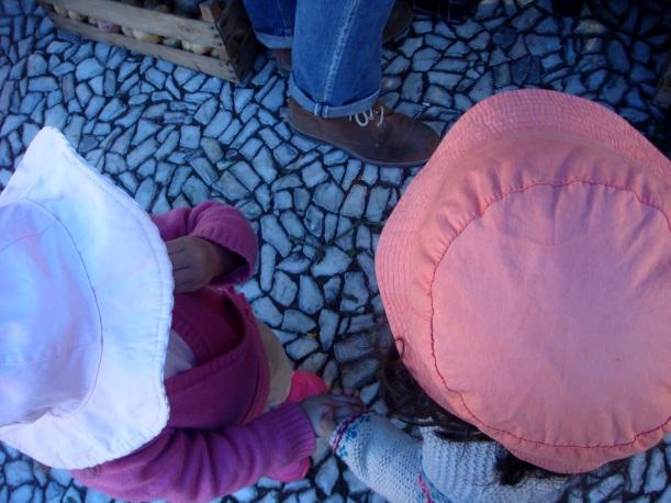 Maria e Beatriz no mercado