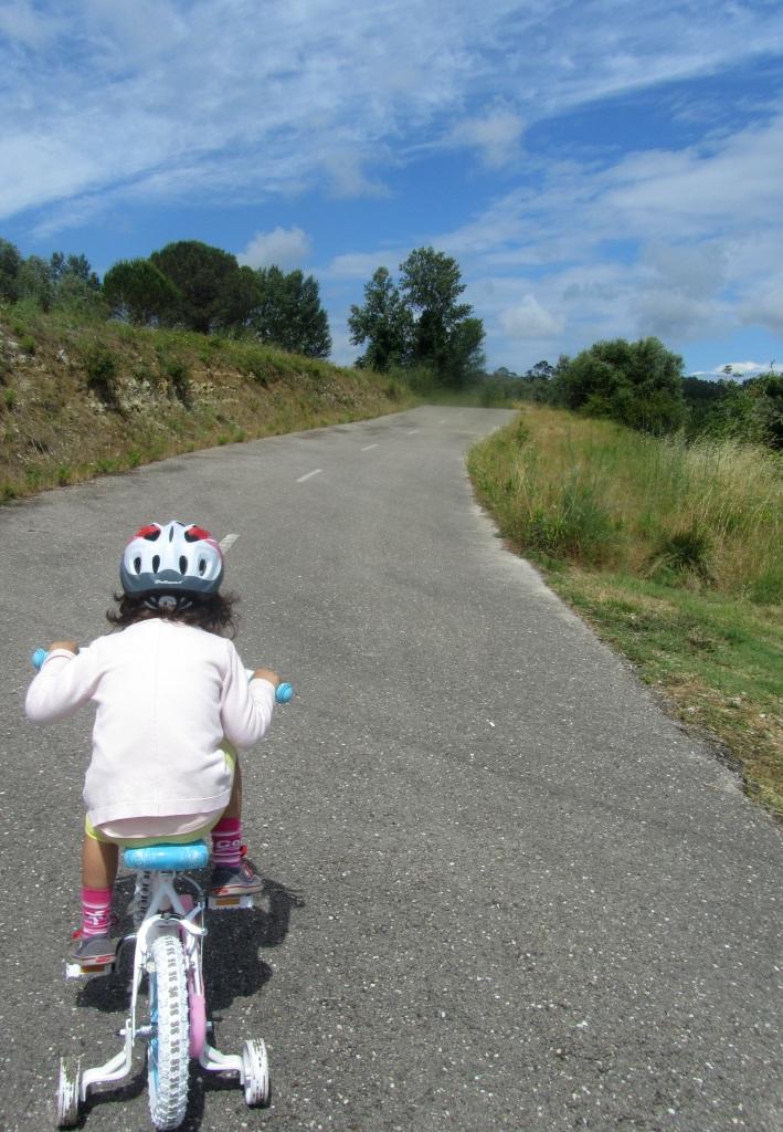 Beatriz bicicletando