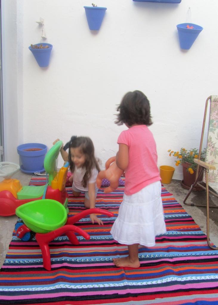 meninas no pátio