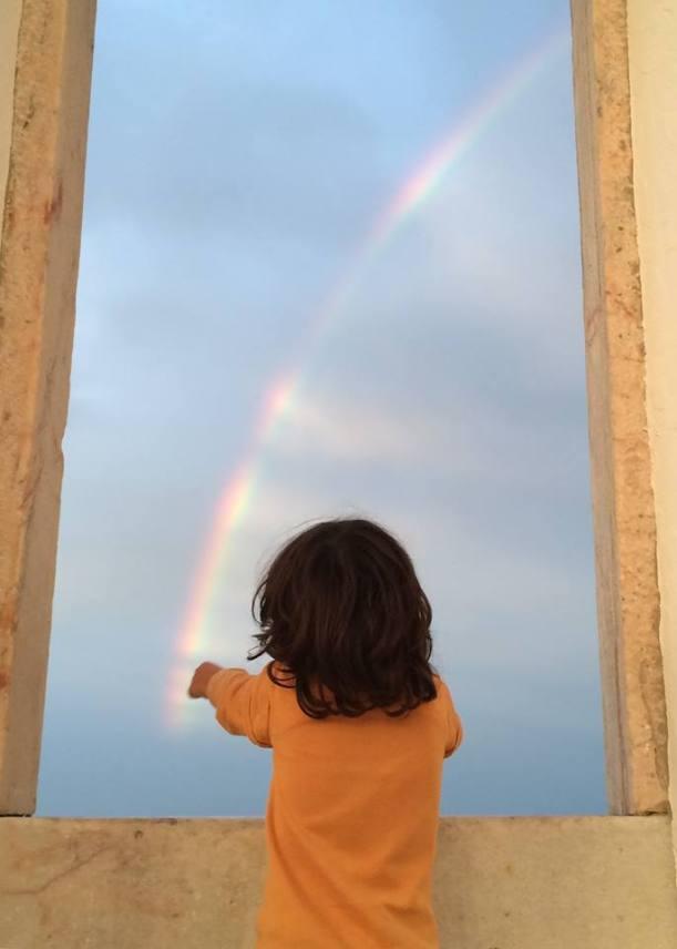 Bitinha a pintar o arco-íris