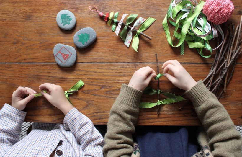 christmas-tree-ribbon-decorations-tying-knots